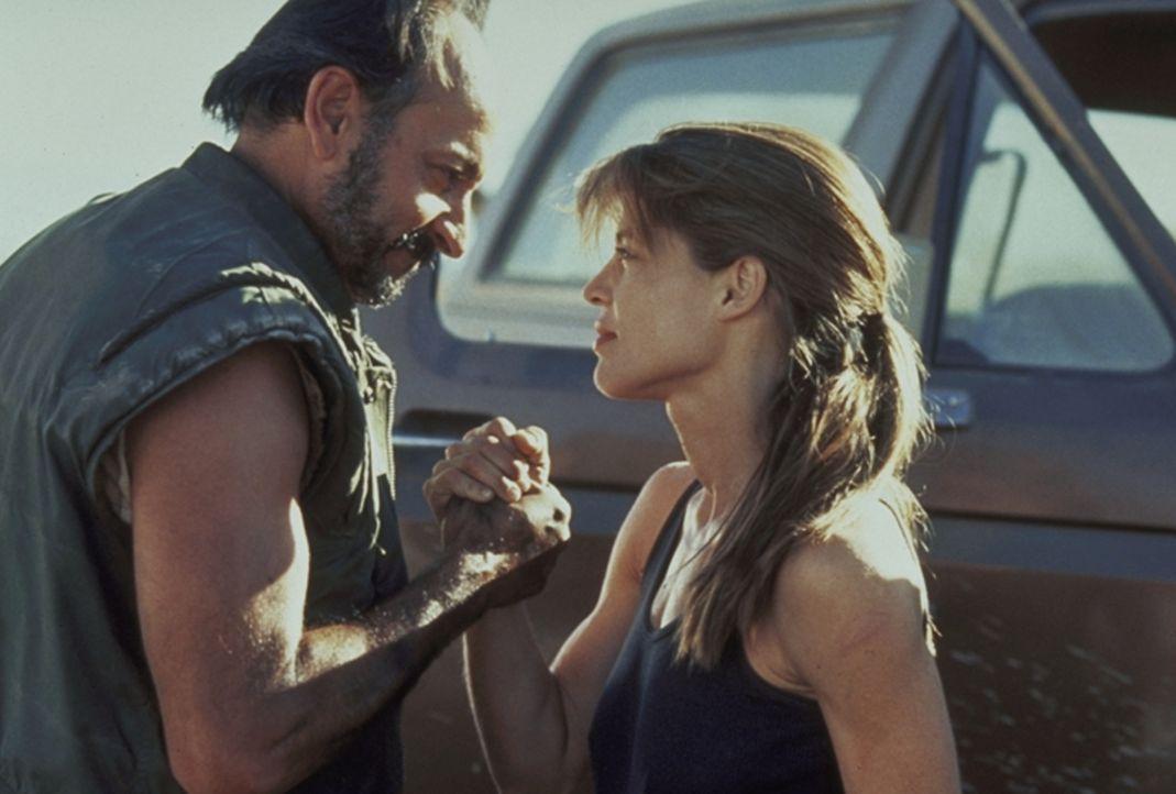 Sarah Connor (Linda Hamilton, r.) besorgt sich von ihrem Freund Waffen, damit sie ihren Sohn John vor den bösen Absichten des Cyborgs beschützen k... - Bildquelle: Columbia TriStar Films