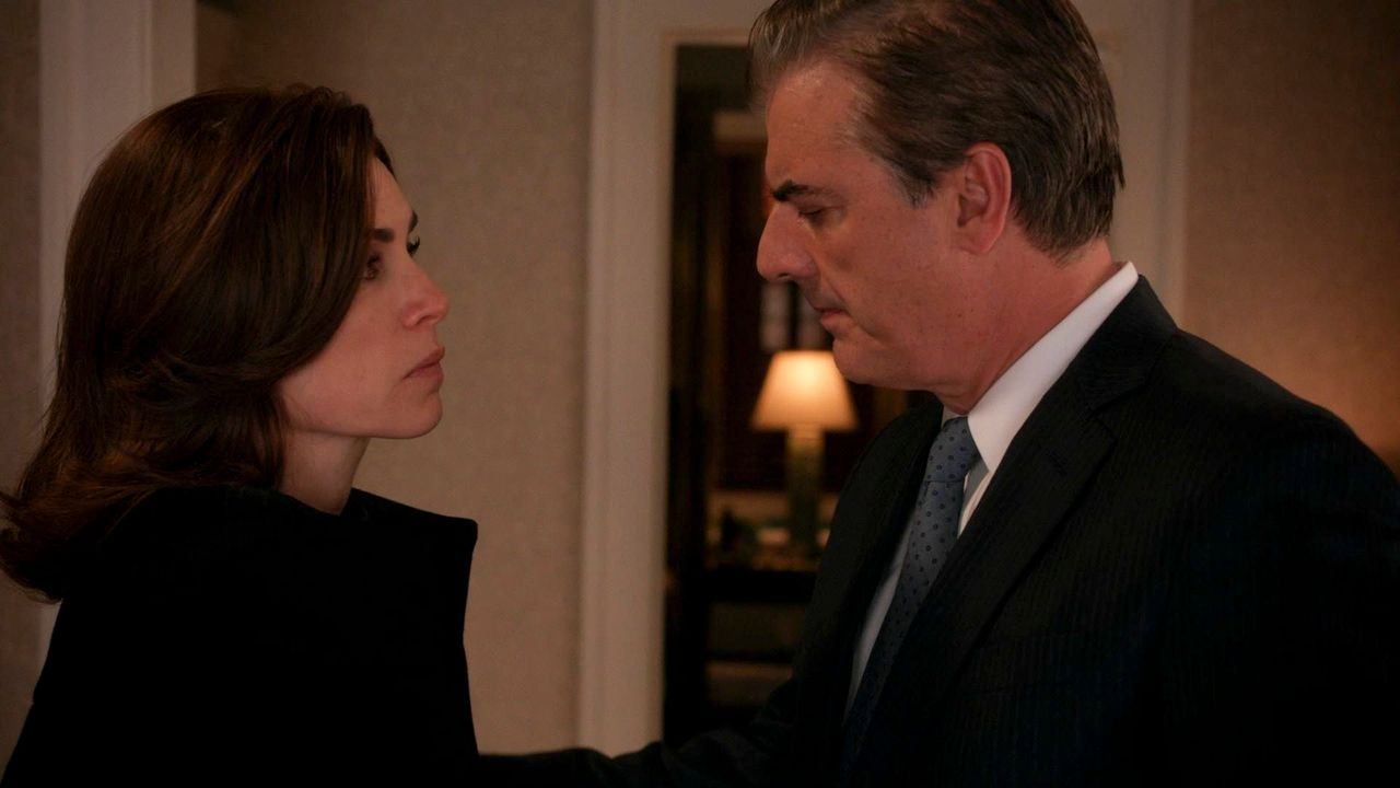 Alicia (Julianna Margulies, l.) sucht nach Antworten über Wills Tod und muss sich gleichzeitig mit den Ereignissen rund um Peter (Chris Noth, r.) kü... - Bildquelle: 2014 CBS Broadcasting, Inc. All Rights Reserved
