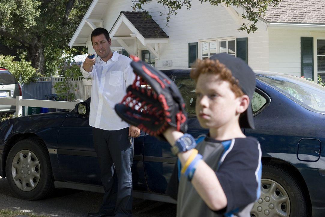 Die Standbild-Funktion findet Michael (Adam Sandler, hinten) ist nicht nur bei Sportübertragungen praktisch, sondern auch beim Baseball-Spiel mit s... - Bildquelle: Sony Pictures Television International. All Rights Reserved.