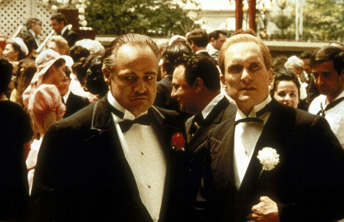 Sogar auf der Hochzeit seiner Tochter Connie darf Corleones (Marlon Brando, vorne l.) Berater Tom Hagen (Robert Duvall, vorne r.) nicht fehlen ... - Bildquelle: Paramount Pictures