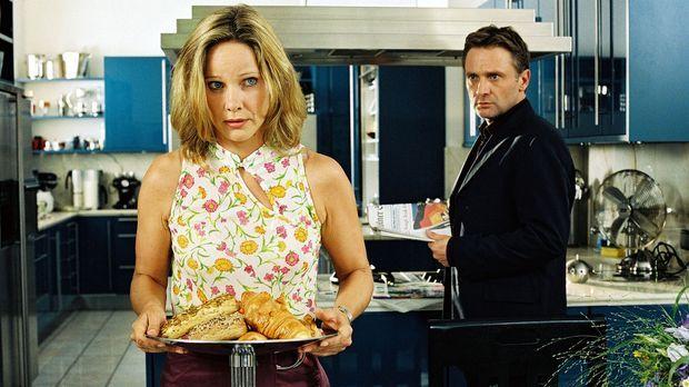Karl (Bernhard Schir, r.) ist überrascht, dass seine Frau den Frühstückstisch...