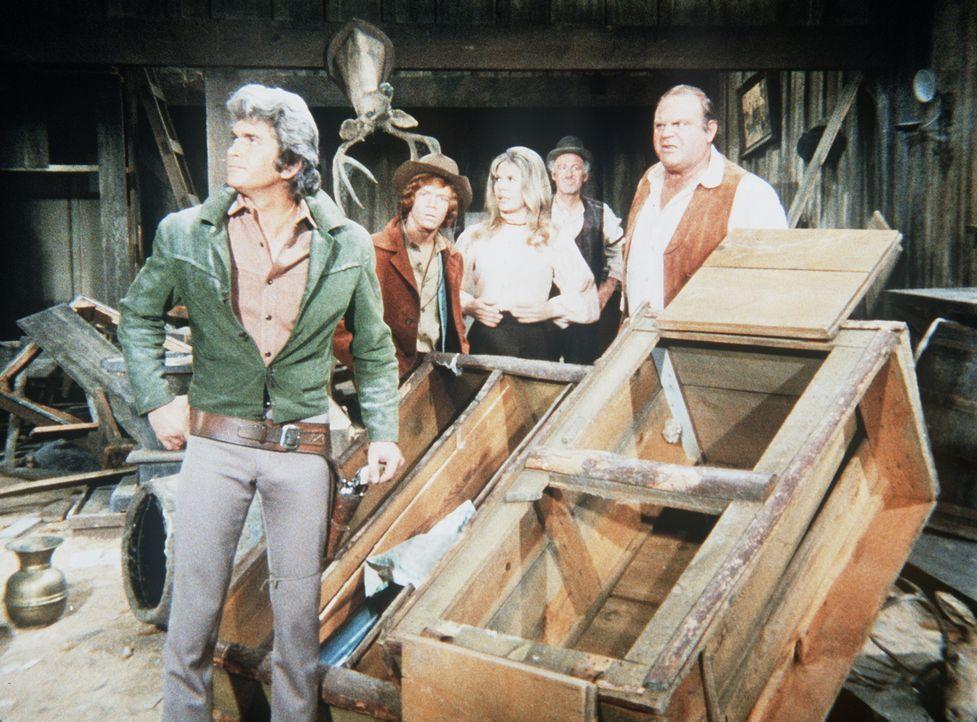 Little Joe Cartwright (Michael Landon, l.) und sein Bruder Hoss (Dan Blocker, r.) sind enttäuscht, dass sich der Saloon, den sie gekauft haben, als... - Bildquelle: Paramount Pictures