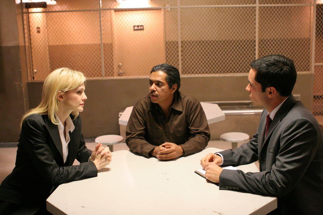 Det. Scott Valens (Danny Pino, r.) und Det. Lilly Rush (Kathryn Morris, l.) glauben an die Unschuld des illegalen Einwanderers Ricardo Munoz (Ramon... - Bildquelle: Warner Bros. Television