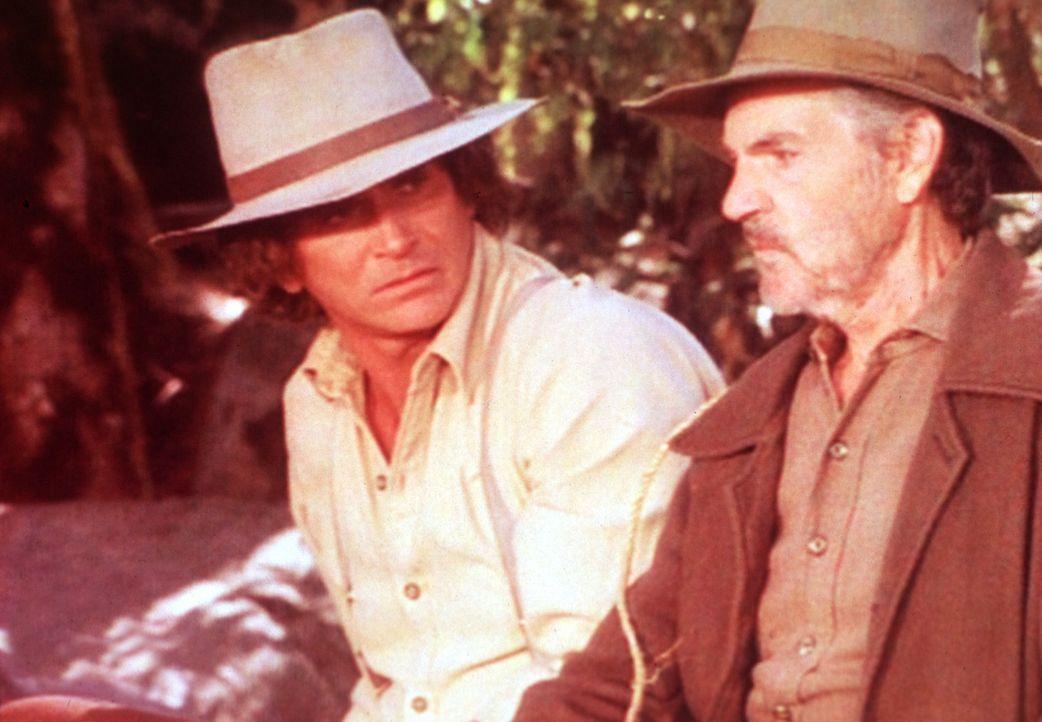Charles (Michael Landon, l.) hat auf dem Weg nach Sleepy Eye einen alten Landstreicher (Eddie Quillan, r.) mitgenommen. - Bildquelle: Worldvision