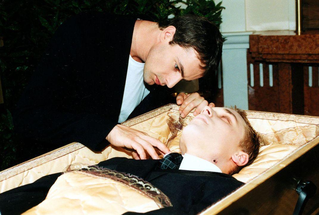 Bei der Beerdigung untersucht Kommissar Brandtner (Gedeon Burkhard, l.) die Bisswunden an der Leiche ... - Bildquelle: Sat.1