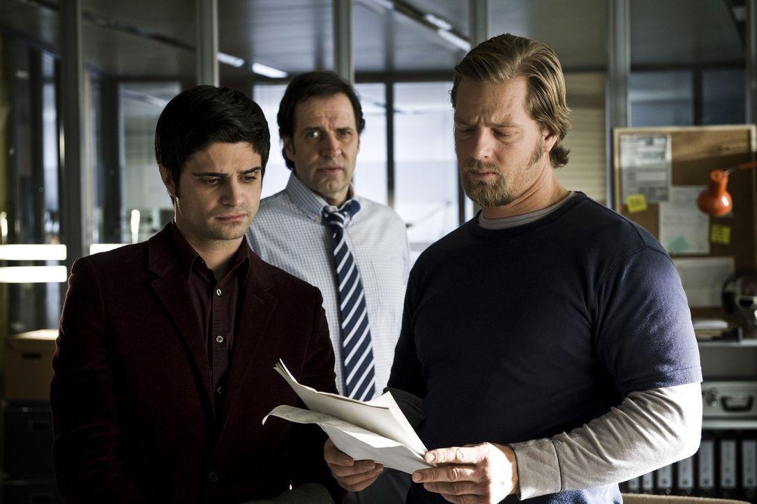 Bei ihren Ermittlungen in einem neuen Mordfall stoßen Mick (Henning Baum, r.) und Andi (Maximilian Grill, l.) auf eine Seitensprung-Agentur und müss... - Bildquelle: Martin Rottenkolber SAT.1