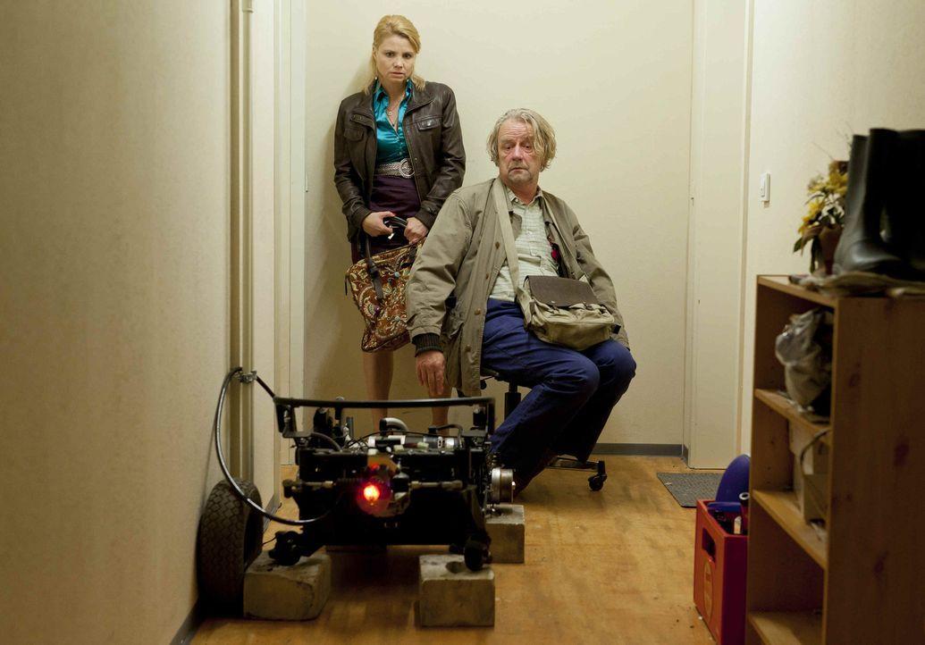 Während Danni (Annette Frier, l.) mit ihren neuen Klienten beschäftigt ist, erwirbt Kurt (Axel Siefer, r.) seinen elektrischen Traum-Luxusrollstuhl,... - Bildquelle: Frank Dicks SAT.1