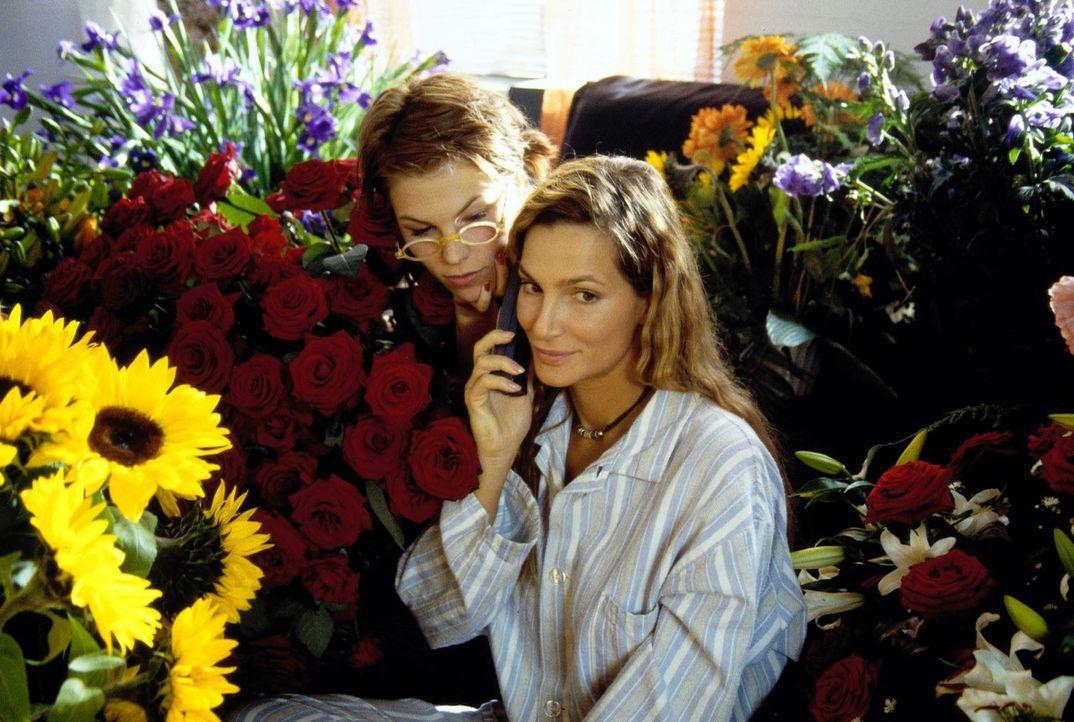 Antonia (Alexandra Kamp, r.) findet sich am Abend nach dem Essen mit Leonardt in einem Meer von Blumen wieder. Ihre Freundin Judy (Maren Gingeleit,... - Bildquelle: Thomas Böhme Sat.1