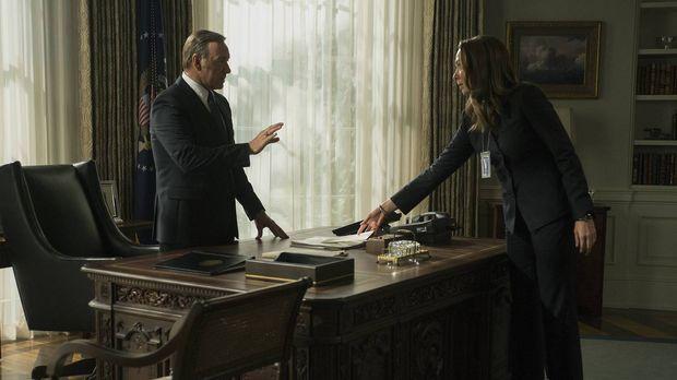 Obwohl sie sich eigentlich vehement gegen Frank (Kevin Spacey, r.) gestellt h...