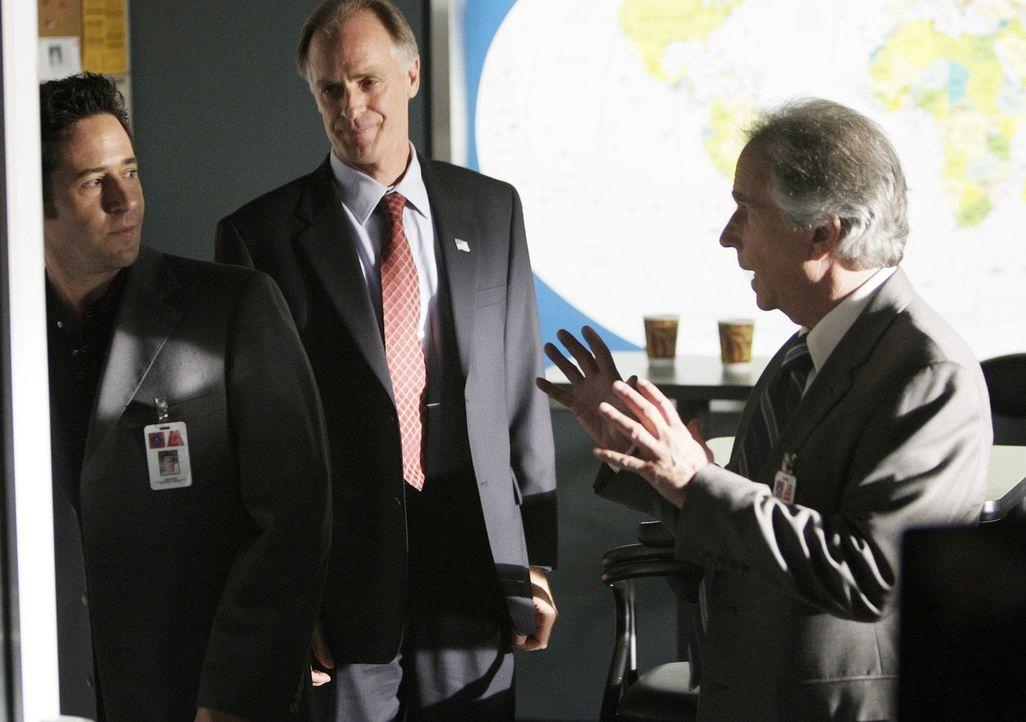 Stehen noch vor einem Rätsel: Don (Rob Morrow, l.), Carl McGowan (Keith Carradine, M.) und FBI Agent Bloom (Henry Winkler, r.) ... - Bildquelle: Paramount Network Television