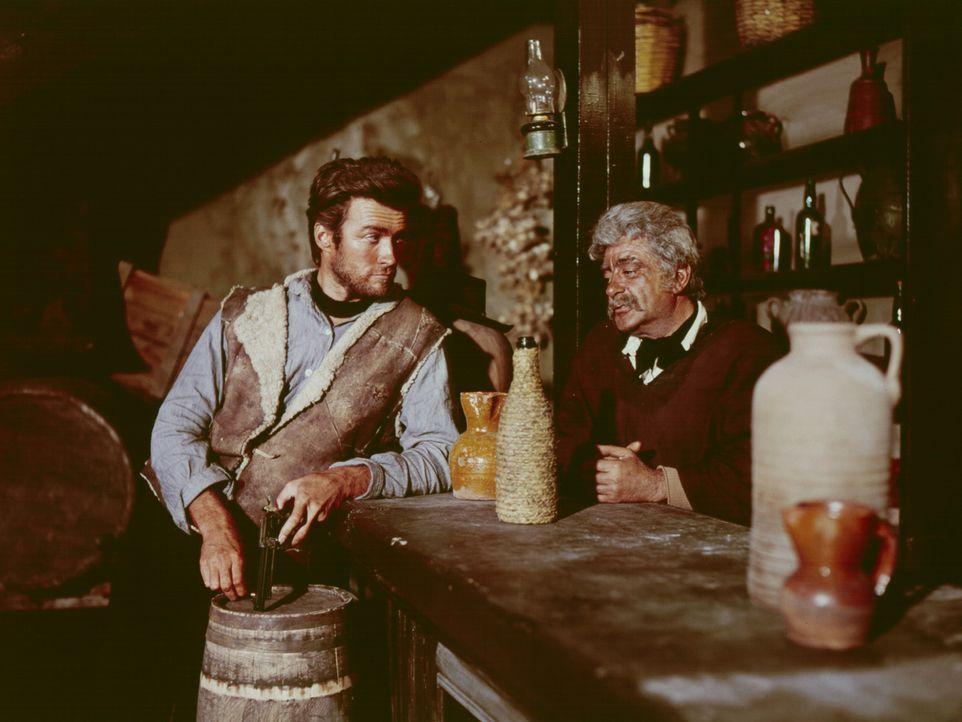 Der schießfreudige Desperado Joe (Clint Eastwood, l.) kommt in die abgelegene Stadt San Miguel. Dort erfährt er von einem Salonbesitzer (Pepe Calvo,... - Bildquelle: United Artists