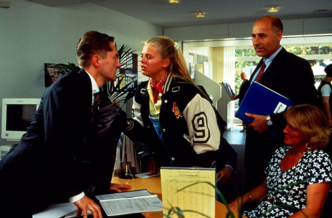 Voller Wut stürmt Natalie (Anne Sophie Briest, M.) in die Bank zu ihrem Vater (Udo Schenk. l.), um ihm ins Gesicht zu sagen, wie enttäuscht sie vo... - Bildquelle: Sat.1