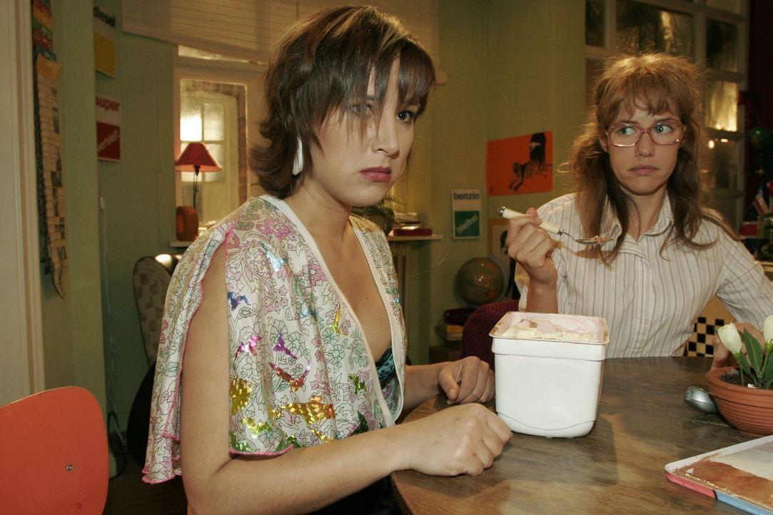 Yvonne (Bärbel Schleker, l.) glaubt nicht mehr daran, dass sie Max zurückgewinnen kann. Lisa (Alexandra Neldel, r.) weiß nicht, wie sie Yvonne tr... - Bildquelle: Sat.1