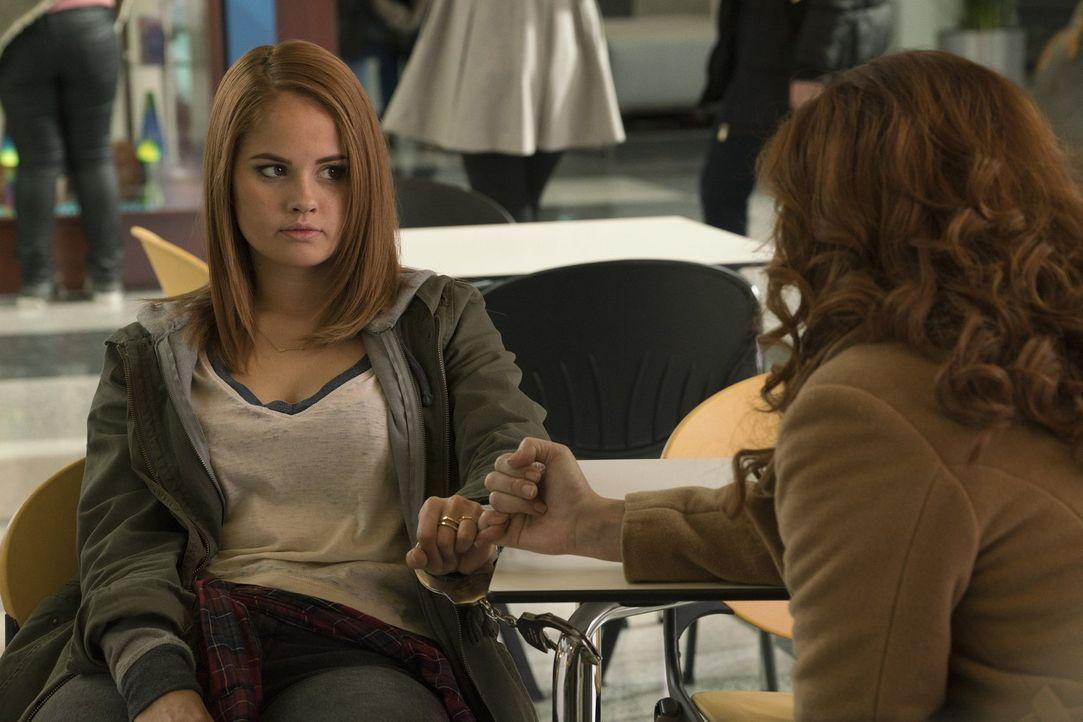Hat Lucy (Debby Ryan, l.) wirklich einen Mord begangen? Laura (Debra Messing, r.) versucht alles, um deren Unschuld zu beweisen ... - Bildquelle: 2016 Warner Bros. Entertainment, Inc.