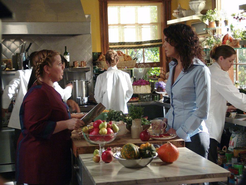 Das unausstehliche Verhalten von Sookie (Melissa McCarthy, l.) geht Lorelai (Lauren Graham, r.) gewaltig auf die Nerven. Sie kann sich nicht erkläre... - Bildquelle: 2004 Warner Bros.