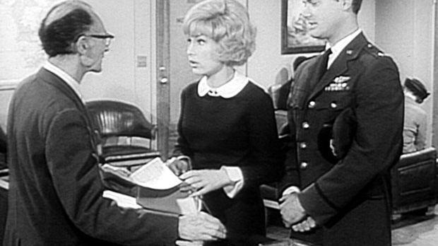 Tony (Larry Hagman, r.) muss zu einer Flugschau nach Rom reisen, und Jeannie...