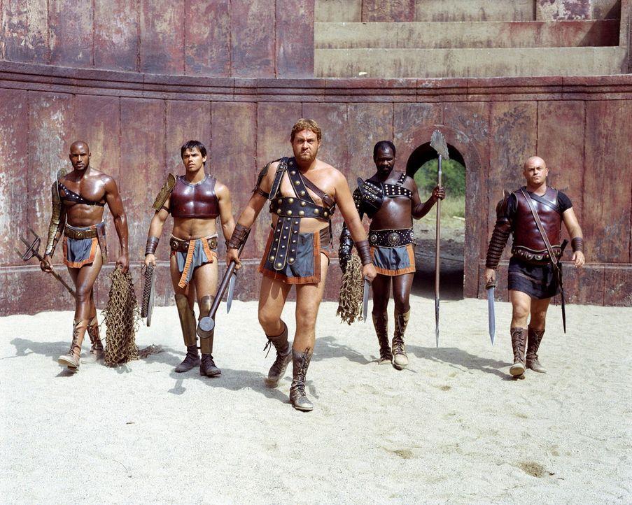 """Gladiator ist in Capua ein harter Ausbildungsberuf. In den Räumen der Schule lebt die Elite der Gladiatoren und wird von Cinna (Ross Kemp, r.) zu """"... - Bildquelle: USA Network Pictures"""
