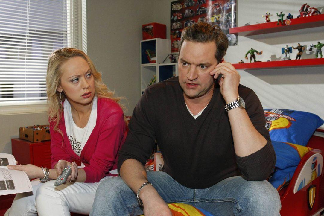 Manu spielt vorerst auf Zeit, um Daniel bei sich behalten zu können. Im Zuge dessen versucht sie, sich Ralf (Christian Kahrmann, r.) und Lindi (Mir... - Bildquelle: SAT.1