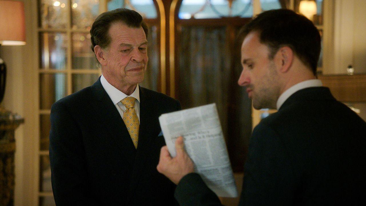 Sherlock (Jonny Lee Miller, r.) hilft seinem Vater Morland (John Noble, l.) bei einer Arbeitsangelegenheit, damit dieser schnellstmöglich wieder nac... - Bildquelle: 2015 CBS Broadcasting, Inc. All Rights Reserved
