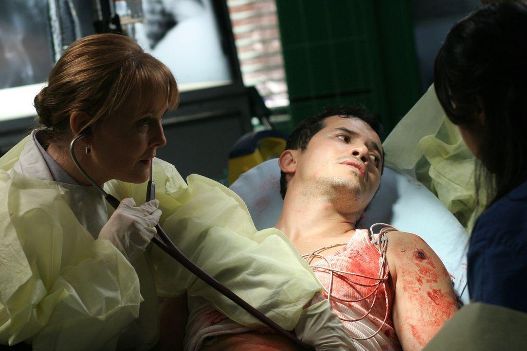 Während Clemente (John Leguizamo, r.) von Weaver (Laura Innes, l.) behandelt wird, macht er sich große Sorgen um seine Freundin, die mit einer Schus... - Bildquelle: Warner Bros. Television