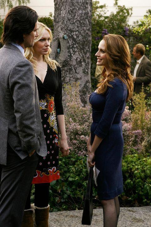 Selbst die eifersüchtige Ex-Ehefrau Christine (Julie Ann Emery, r.) kommt zur Verlobungsfeier von Hannah (Laura Prepon, 2.v.l) und Ray (Warren Chris... - Bildquelle: ABC Studios