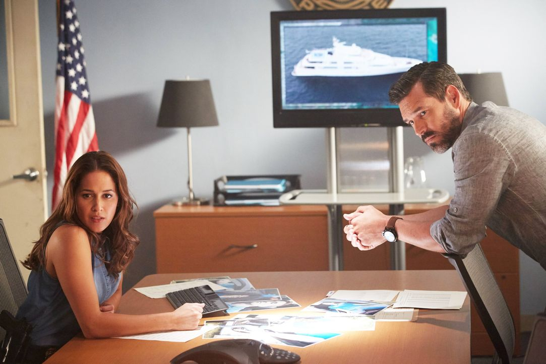 Villa (Jaina Lee Ortiz, l.) ist ziemlich sauer auf ihren neuen Chef Ryan Slade (Eddie Cibrian, r.), denn dieser beschäftigt Hornstock mit Idiotenauf... - Bildquelle: 2016-2017 Fox and its related entities.  All rights reserved.