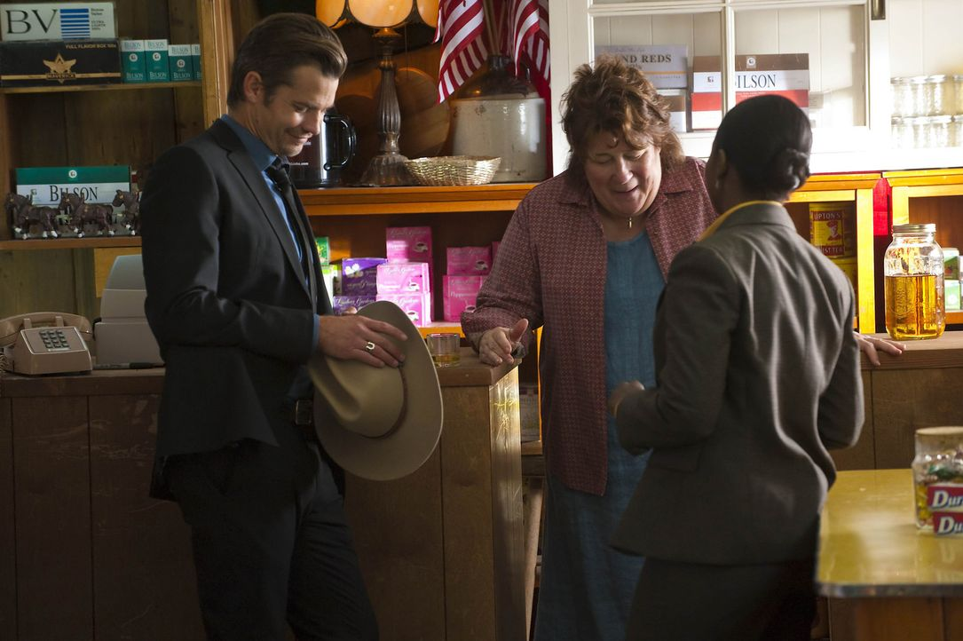 Dass Mags Bennett (Margo Martindale, M.) und ihre Söhne keine weiße Weste haben, wissen Raylan Givens (Timothy Olyphant, l.) und US Marshall Rache... - Bildquelle: Sony Pictures Television Inc. All Rights Reserved.