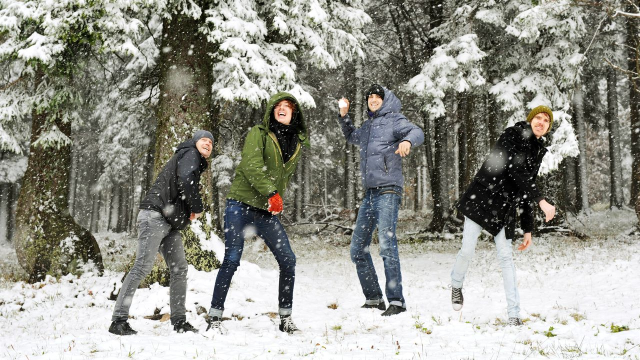 outdoor-winter-schneeballschlacht-10-10-16-dpa - Bildquelle: dpa