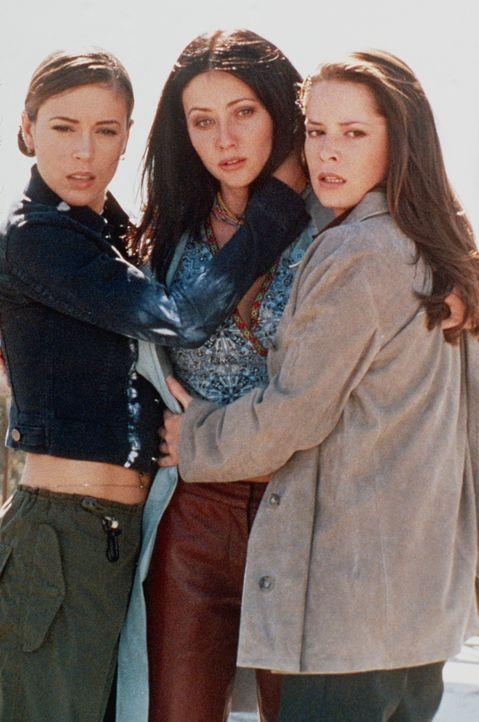 Prue (Shannen Doherty, M.), Phoebe (Alyssa Milano, l.) und Piper (Holly Marie Combs, r.) nehmen den Kampf gegen den Wächter der Dunkelheit gemeinsa... - Bildquelle: Paramount Pictures