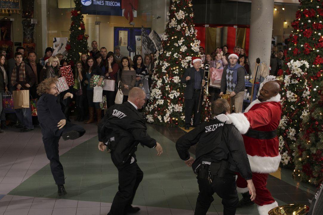 Weihnachtsstimmung ade: Hausmeister Guerrero (Jackie Earle Haley, l.) und Weihnachtsmann Winston (Chi Mc Bride, r.) ... - Bildquelle: 2011  Warner Bros.