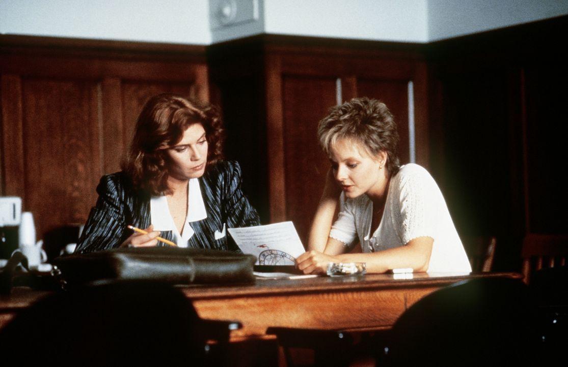 Allmählich kommen sich die arrivierte Staatsanwältin (Kelly McGillis, l.) und die vulgär-ungebildete Sarah (Jodie Foster, r.) auch persönlich näher... - Bildquelle: Paramount Pictures