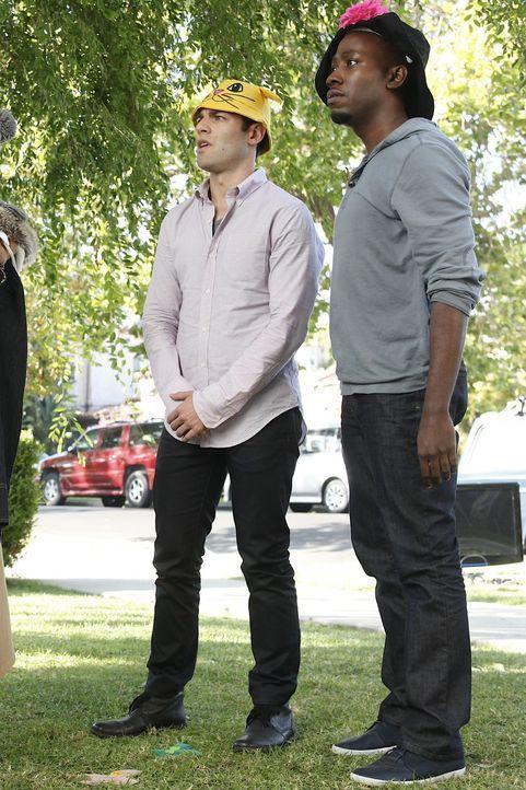 Können nicht verstehen, was Jess an Spencer findet: Winston (Lamorne Morris, r.) und Schmidt (Max Greenfield, l.) ... - Bildquelle: 20th Century Fox