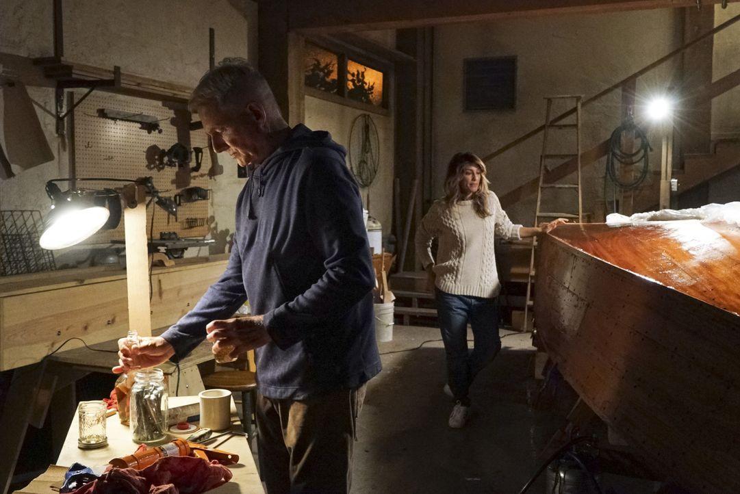 Unangenehme Erinnerungen kommen bei Special Agent Quinn (Jennifer Esposito, hinten) hoch, als Gibbs (Mark Harmon, vorne) sie nach Philly schickt ...... - Bildquelle: Bill Inoshita 2016 CBS Broadcasting, Inc. All Rights Reserved