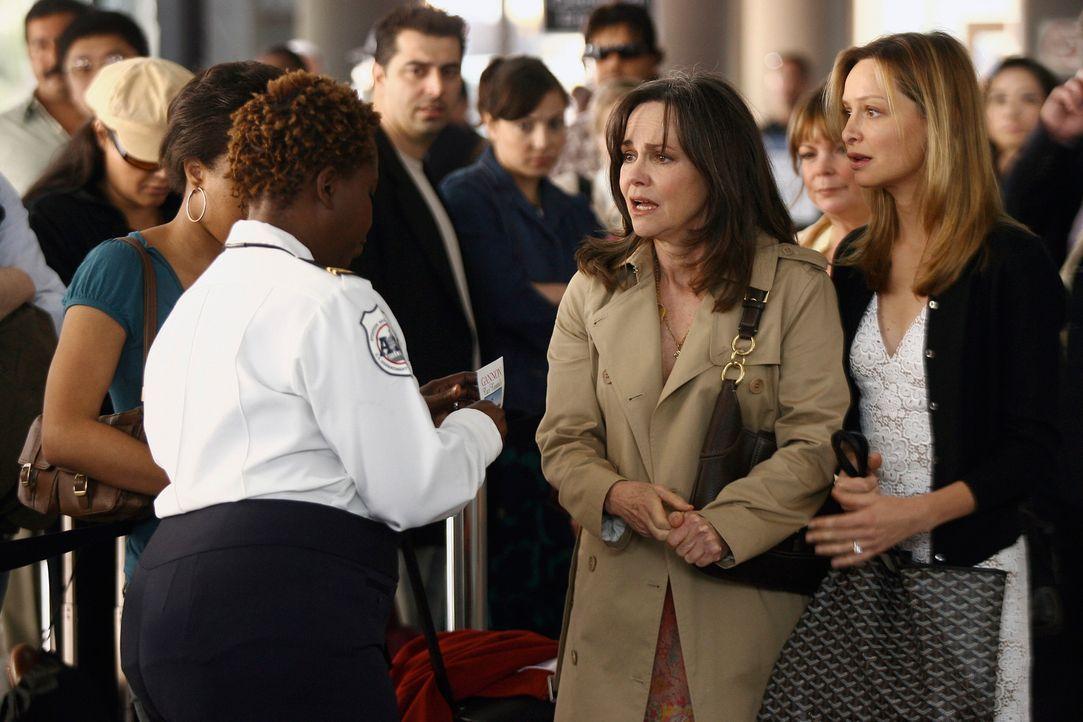 Können sie Justin, der auf dem Weg zu seinem Flieger ist, noch einholen um sich zu verabschieden? Nora (Sally Field, l.) und ihre Tochter Kitty (Cal... - Bildquelle: Disney - ABC International Television