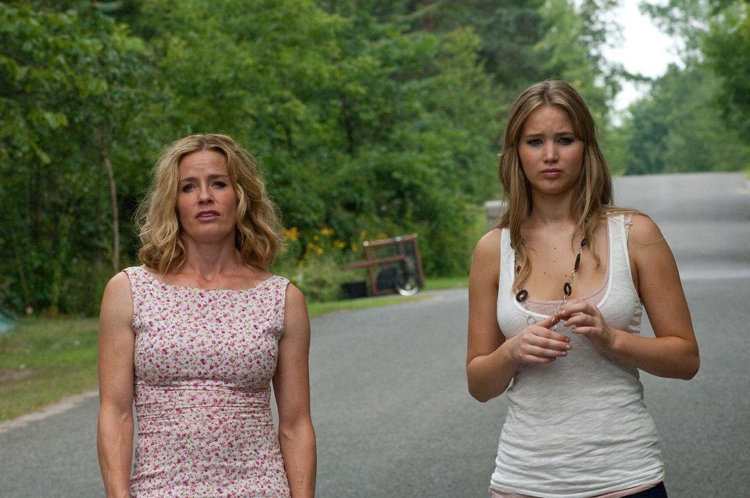 Nicht alles ist so harmonisch zwischen Elissa (Jennifer Lawrence, r.) und ihrer Mutter Sarah (Elisabeth Shue, l.), wie es den Anschein hat. Besonder... - Bildquelle: 2011 HATES, LLC.  All Rights Reserved.