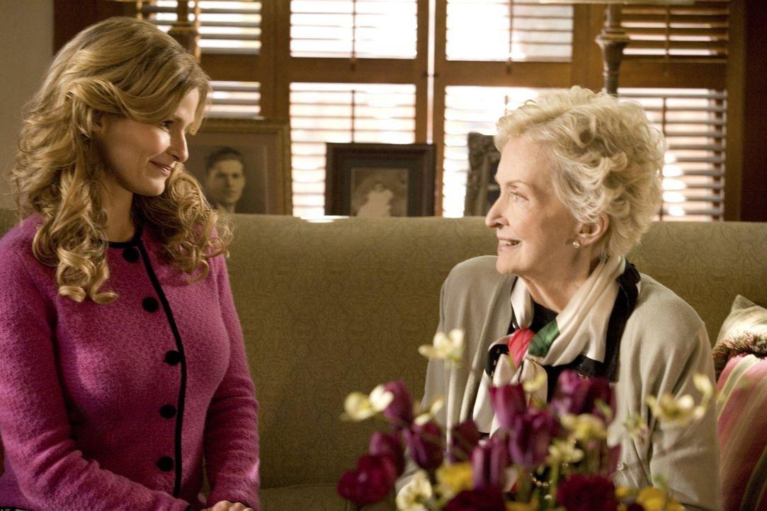 Kann Doris Donnelly (Nina Foch, r.) Brenda (Kyra Sedgwick, l.) und ihren Kollegen bei den Ermittlungen in einem seltsamen Fall helfen? - Bildquelle: Warner Brothers