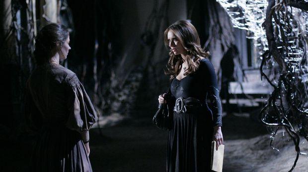 Die Seele der jungen Tessa (Amy Acker, l.) ist in einer alten, verborgenen St...