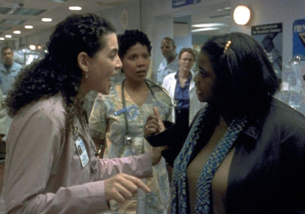 Carol Hathaway (Julianna Margulies, l.) ist außer sich: Die schwangere Maria (Octavia L. Spencer, r.) erschleicht sich eine Ultraschalluntersuchung... - Bildquelle: TM+  2000 WARNER BROS.