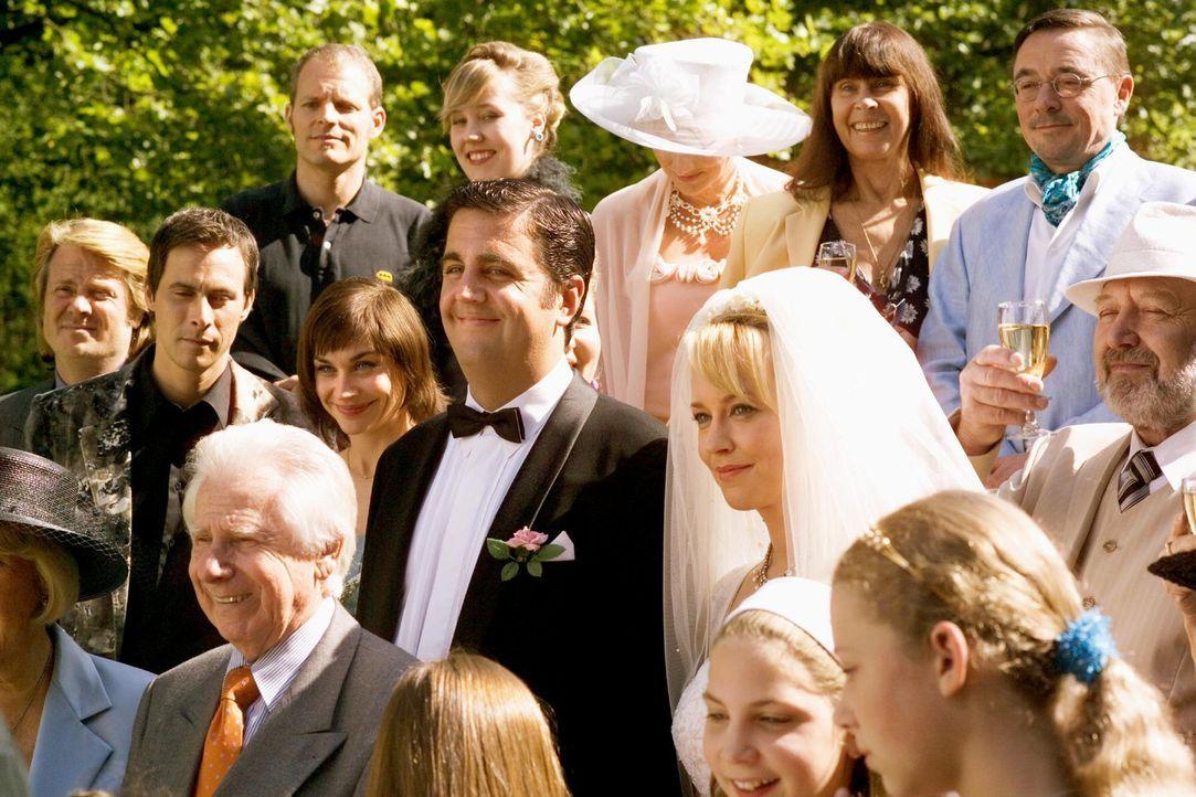 Durch Effi (Floriane Daniel, M.r.) und Gustav (Bastian Pastewka, M.l.) begann die Liebesgeschichte von Pola und Felix, die jedoch nach kurzer Zeit w... - Bildquelle: Senator Entertainment AG