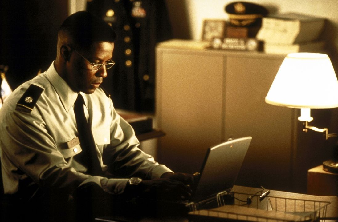 Weil er im Golfkrieg unabsichtlich freundliche Soldaten getötet hat, wird Nathaniel Serling (Denzel Washington) von Gewissensbissen geplagt. Doch je... - Bildquelle: Twentieth Century-Fox Film Corporation