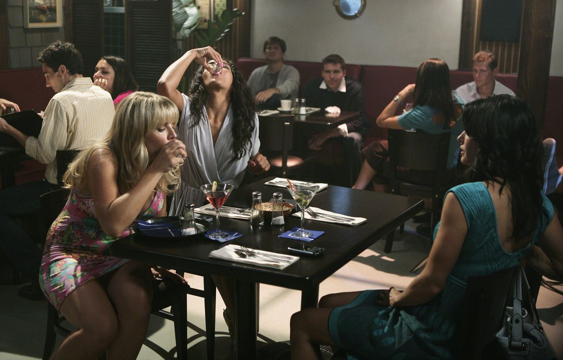 Partyalarm: Laurie (Busy Philipp, l.), Nezzie (Yasmin Deliz, M.) und Jules (Courteney Cox, r.) ... - Bildquelle: 2009 ABC INC.