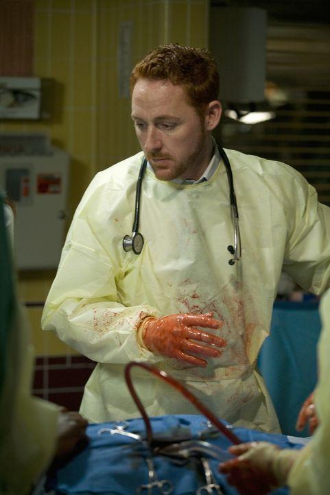 Es geht um Leben und Tod: Dr. Archie Morris (Scott Grimes) ... - Bildquelle: Warner Bros. Television