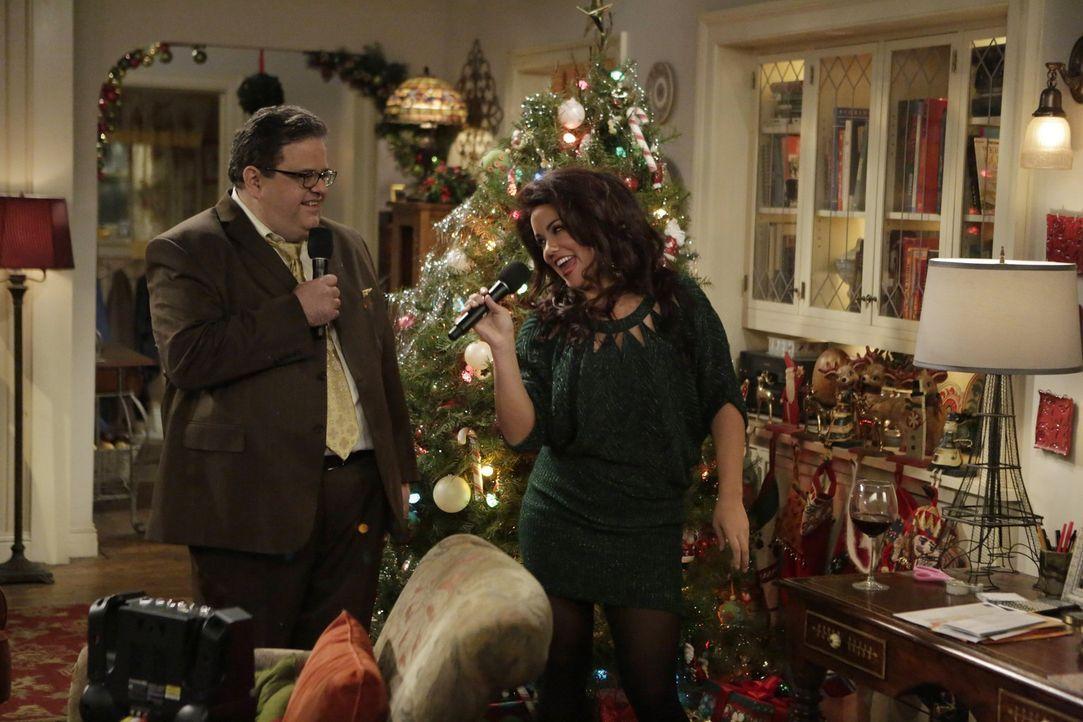 Während Mike und Molly mit Mikes Mutter und seinem Boss in der Kirche sind, verbringen Victoria (Katy Mixon, r.) und Harry (David Anthony Higgins,... - Bildquelle: Warner Brothers