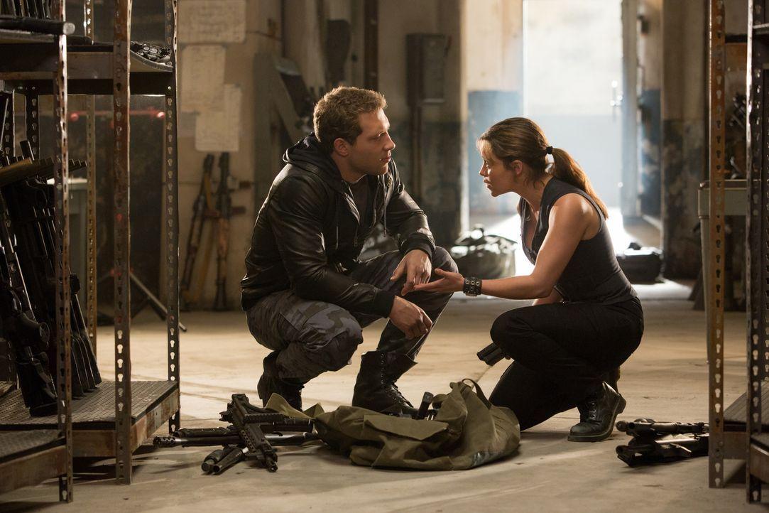 Auf Sarah (Emilia Clarke, r.) und Kyle (Jai Courtney, l.) wartet eine schwierige Aufgabe. Sie müssen die Auslöschung der Menschheit verhindern ... - Bildquelle: 2015 PARAMOUNT PICTURES. ALL RIGHTS RESERVED.