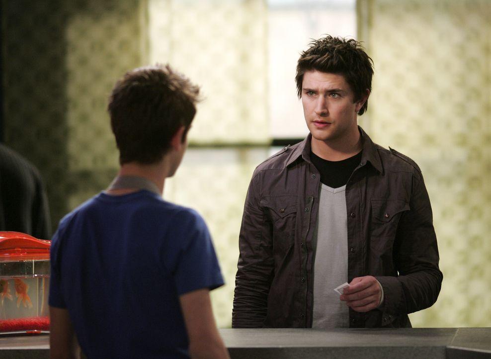Josh (Jean-Luc Bilodeau, r.) sucht bei seinem Freund Kyle (Matt Dallas, r.) Rat, denn sein erstes Date steht kurz bevor ... - Bildquelle: TOUCHSTONE TELEVISION