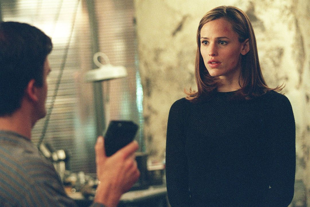 Sydney (Jennifer Garner, r.) ist wieder zurück aus Madrid. Erfolgreich übergibt sie Marshall (Kevin Weisman, l.) den wertvollen Koffer, der sich a... - Bildquelle: Touchstone Television