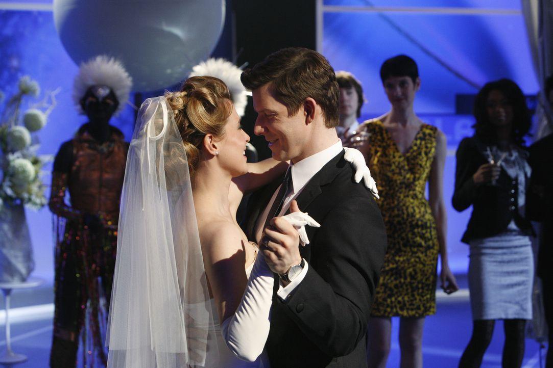 Daniel (Eric Mabius, r.) und Molly (Sarah Lafleur, l.) heiraten. Doch bevor die beiden die Hochzeitsreise antreten können, bricht Molly zusammen ... - Bildquelle: 2008   ABC Studios