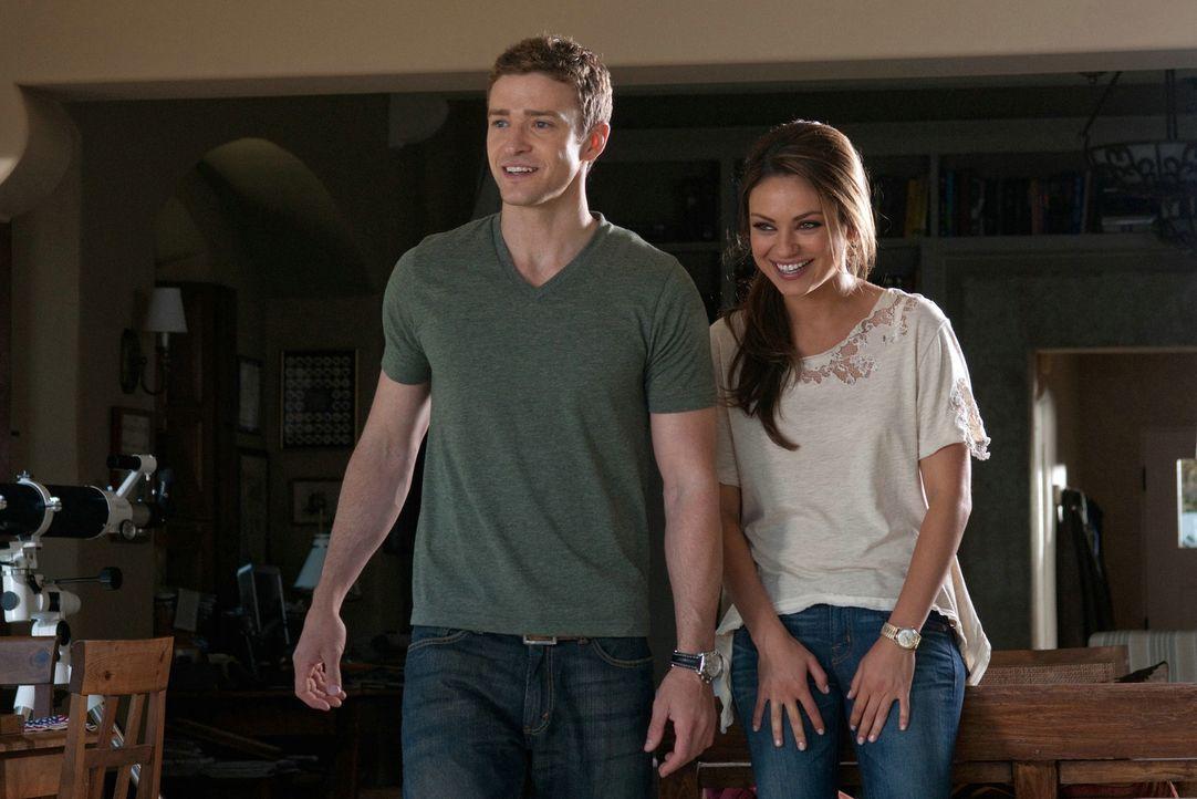 Nachdem Jamie (Mila Kunis, r.) von ihrem Freund sitzen gelassen wurde, beschließt Dylan (Justin Timberlake, l.), sie übers Wochenende mit zu seine... - Bildquelle: Sony Pictures Television Inc. All Rights Reserved.
