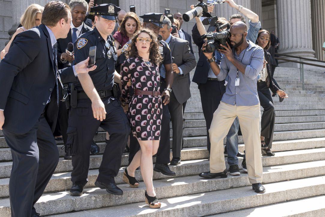 """Als Helen Huff (Sarah Steele, M.) mit ihrem Podcast """"Open and Shut"""" den Vergewaltigungsvorwurf der jungen Studentin Reese gegen das Mordopfer ans Ta... - Bildquelle: David Giesbrecht 2016 CBS Broadcasting, Inc. All Rights Reserved."""