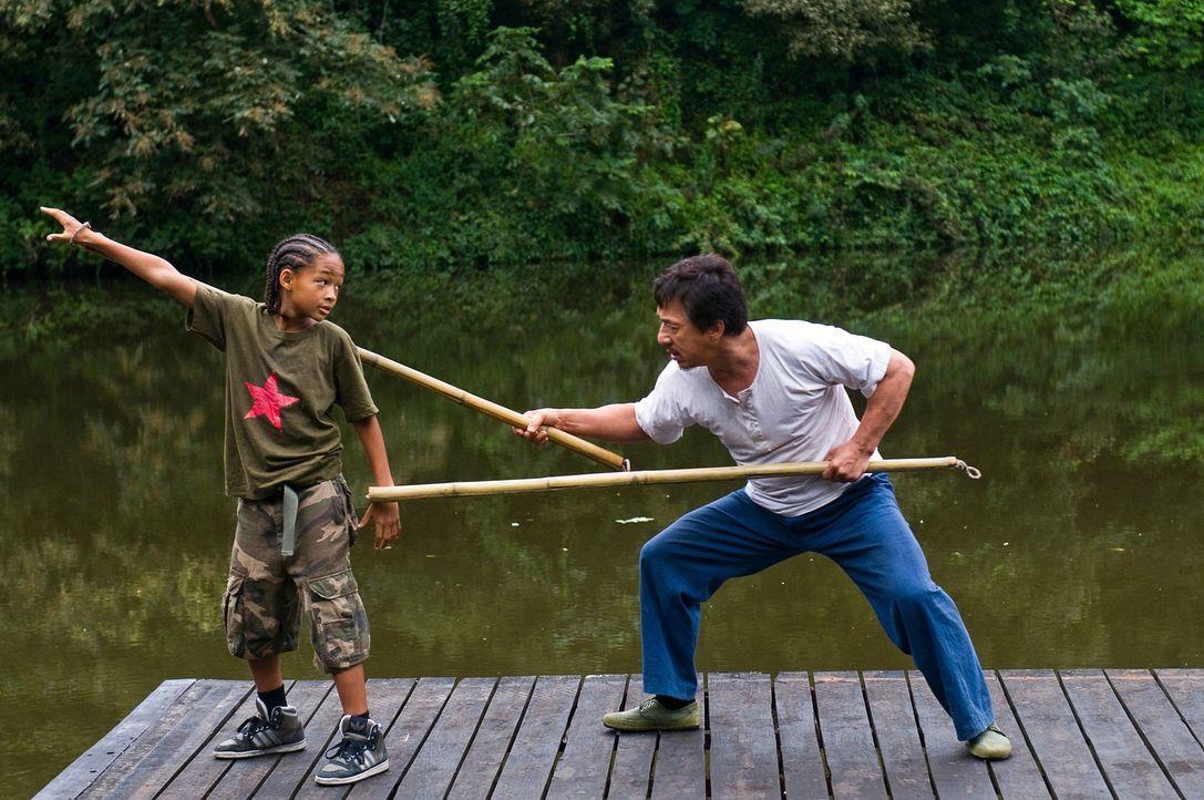 Als Dre (Jaden Smith, l.) von seinen neuen Klassenkameraden mal wieder verprügelt wird, eilt ihm der Hausmeister Han (Jackie Chan, r.) zur Hilfe, un... - Bildquelle: 2010 CPT Holdings, Inc. All Rights Reserved.